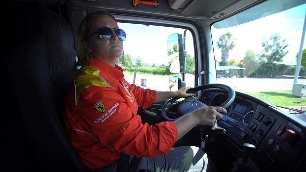 Türkiye'nin ilk kadın LPG tankeri sürücüsü Shell'de görevine başladı