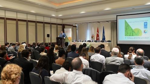 TOBB Başkanı Rifat Hisarcıklıoğlu, bugün Türkiye'de güçlü bir orta sınıfın oluşmasının son 30 yıldaki dönüşümün ve zihniyet değişiminin eseri olduğunu vurgulayarak, bunun Türkiye'de yoksulluğun azaltılmasında da önemli bir rol oynadığını, özel sektör tabana yayıldıkça yoksulluk azaldığını savunuyor.
