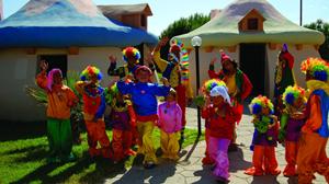 Çocuklar tatil köyünde bayramlaşmak için kapı kapı gezip el