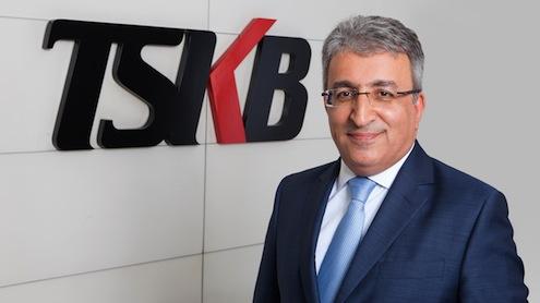 """TSKB Genel Müdürü Özcan Türkakın, """"Mevcut kaynaklarımızın yanı sıra uluslararası kuruluşlar ve bankalardan bu yıl içinde temin ettiğimiz yeni kaynakları özel sektör sanayi şirketlerinin kullanımına sunuyor; özel danışmanlık hizmetlerimiz ile Türk yatırımcılarının küresel rekabet gücünü artırırken tüm faaliyetlerimiz ile Türk ekonomisinin büyümesine kesintisiz ve artan oranda destek veriyoruz"""" dedi."""