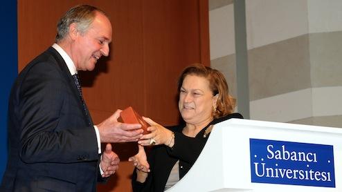 """Dünyanın en büyük hızlı tüketim ürünleri şirketlerinden Unilever'in Dünya Başkanı Paul Polman, Sabancı Üniversitesi tarafından her yıl öğrencileri iş dünyasıyla buluşturmak için düzenlenen 700'ün üzerindeki konferanstan birine, """"Creating a Better Future Everyday Made By You"""" başlıklı konuşmasıyla katıldı."""