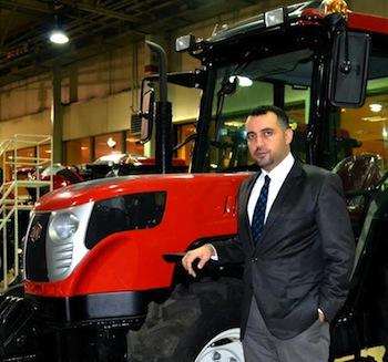 """Hattat Tarım İhracat Müdürü Duysen Erdoğan, Kasım Ayında düzenlenen Agritechnica – Hannover Fuarı'nın ardından, yaptıkları çalışmalarla ilgili bilgi verdi. Erdoğan,  """"Fuarda aralarında da ABD bulunan 54 farklı ülkeden traktörlerimiz ile ilgili talep geldi. Şu an 40 farklı ülkeye ihracat gerçekleştiriyoruz, fuar sonunda bu sayıyı 60'a çıkaracağız"""" dedi."""