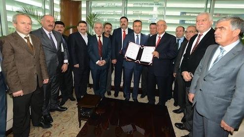 """""""Ege Maden İhracatçıları Birliği Madencilik Mesleki Eğitim Merkezi""""nin protokolünü Denizli Valisi Abdülkadir Demir ve Ege Maden İhracatçıları Birliği Başkanı Arslan Erdinç imzaladı."""