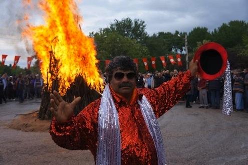 Kakava Şenlikleri Sarayiçi mevkisinde Kakava ateşinin yakılmasıyla başladı. Roman çeribaşı Fikri Ocak ateş önünde poz verdi.