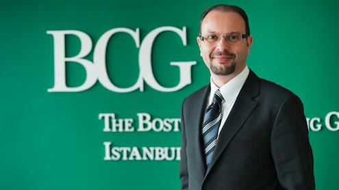 """BCG Türkiye Genel Müdürü ve Yönetici Ortağı Burak Tansan'a göre, """"Türkiye bankacılık sektörü 2014'te birçok açıdan baskı altında. Net faiz marjlarındaki daralma, mevduat – kredi vadelerindeki farklar, ücret ve komisyonlardaki düzenlemeler ve hacim büyümelerindeki yavaşlamalar bankaların karlılıklarını baskı altına almış durumda. 2014'ün ilk beş ayına ait sektör finansallarında bu durum oldukça net görülüyor. 2013 ve 2014'ün ilk 5 aylık performansı karşılaştırıldığında sektörün 1,3 milyar TL daha az kar ettiği, bu durumun öz sermaye karlılığında da yaklaşık %3'lük bir düşüş yarattığı gözüküyor. Bankalar bu dönemde karlılıklarında hızlı sonuç verecek iyileştirmeleri yaparken orta-uzun vadede kendilerine rekabet avantajı yaratacak aksiyonları da almaktan geri kalmamalılar çünkü sular durulduğunda rekabet dinamikleri çok daha farklı olacak."""""""