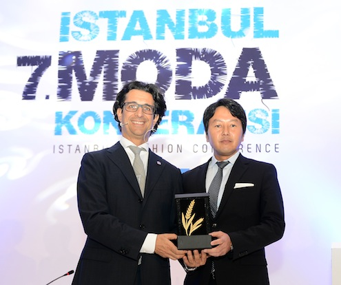 Türkiye Giyim Sanayicileri Derneği'nin ev sahipliğinde, moda dünyasının devrim yaratan liderlerini biraraya getiren 7. İstanbul Moda Konferansı, bır cok  ülkeden çok sayıda temsilcinin katılımı ile başladı.  TGSD Baskanı Cem Negrin, ihracatın arttırılması için faizlerin düşürülmesi gerektiğini söylerken konferansın en önemli konuklarından Japon devi Uniqlo Grup Başkan Yardımcısı Yoshihiro Kunii, dünyaya açılmak için Türkiye'de ofis açacaklarını ve Avrupa'daki ticareti Türkiye üzerinden geliştirmek istediklerini açıkladı.