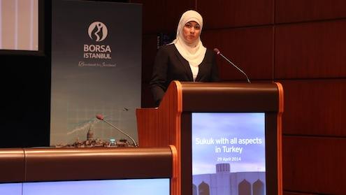 """EY Bahreyn İslami Finansal Hizmetler Direktörü Nida Raza, """"Türkiye'de sukuktan yararlanmak isteyen firmalar bu alana ilişkin düzenlemelerin olmamasından kaynaklı olarak birçok zorlukla karşı karşıya kalıyor. Bu durum da sürecin uzamasına neden oluyor. Ayrıca varlık şirketinin kurulmasında sigorta sisteminin olmaması da süreci diğer ülkelere oranla daha da uzatıyor"""" ifadelerinde bulundu."""