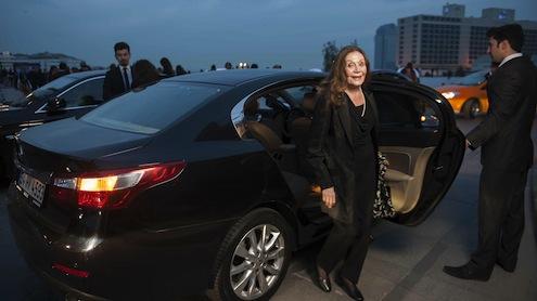 """Türk Sinemasının da 100. Yaşını kutladığı, 33. İstanbul Film Festivali'nin açılış galasında Renault, """"Filme Gider"""" araçlarıyla Festivalin Onur Ödülleri'ne değer görülen ünlü isimlerini kırmızı halıya taşıdı. Festival boyunca Renault, """"Filme Gider"""" araçlarını ülkemize davetli yabancı ünlü isimlere tahsis edecek."""