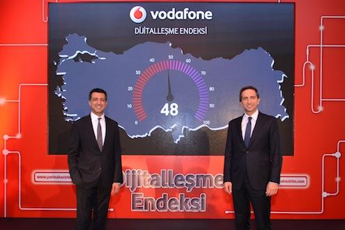 """Vodafone Türkiye'nin Accenture işbirliğiyle yürüttüğü araştırma, Türkiye'deki işletmelerin dijitalleşme endeksinin %48 olduğunu ortaya koydu. Dijital dönüşüm vizyonu doğrultusunda işletmelerin dijital haritasını çıkarmak ve ihtiyaçlarını belirlemek amacıyla """"Yarına Hazırım"""" Platformunu geliştiren Vodafone, böylece işletmelerin dijitalleşme sürecine destek olmayı hedefliyor."""