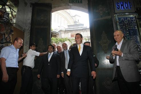 İstanbul Shopping Fest kapsamında gerçekleştirilen Altın Günü açılış kutlamaları Kapalıçarşı'da gerçekleştirildi. İTO Başkanı&İSF İcra Kurulu Başkanı İbrahim Çağlar, Kapalıçarşı'nın kapısını temsili olarak açtı.