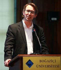 150. kuruluş yılını kutlayan Boğaziçi Üniversitesi, dünyaca ünlü spor ekonomisti Stefan Szymanski'yi konuk etti. Szymanski, milli takımların gelişmesi için yabancı sınırlarının kalkmasının daha yararlı olacağını söyledi.