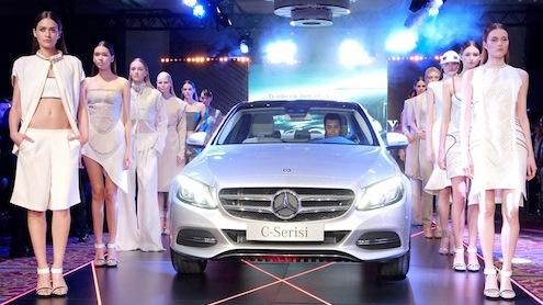 Mercedes-Benz Türk'ün 2014 satışlarına büyük katkı sağlayacak yepyeni iki modeli Türkiye'de satışa sunuldu.Türkiye'de ve dünyada satış rekorları kıran Mercedes-Benz C-Serisi, tüm dünyada bugüne kadar 2,4 milyon adedin üzerinde satılmasıyla Mercedes-Benz'in en yüksek satış hacmine ulaşan modeli olma özelliğini taşıyor. Mercedes-Benz'in geniş SUV portföyünün son halkası olan yeni GLA kendi segmentlerinde standartları yeniden belirliyor.
