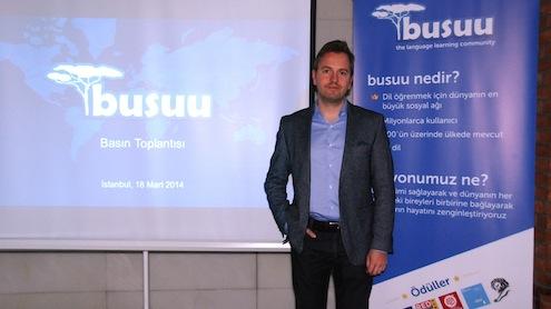 busuu'nun kurucusu ve CEO'su Bernhard Niesner, şirketin 2014 yılına ilişkin hedeflerini paylaşmak üzere Türkiye'ye geldi. 40 milyonun üzerinde kullanıcıyla dünyanın en büyük sosyal dil öğrenme ağı olan busuu, Türkiye'de hızla büyüyor. Geçen yıl 1.5 milyon üyesi olan busuu, 2014'te yaklaşık yüzde 100 büyüme ile  3 milyon üyeye ulaşacak. busuu, hem internet sitesi hem de akıllı telefon ve tablet bilgisayarlarla, yabancı dil öğrenmeyi eğlenceli hale getiriyor. Üyeler, istediği dili ana dilinde konuşanlarla yazışarak ve konuşarak öğreniyor. Böylece busuu kullanıcıları dil öğrenirken hem öğrenci hem de  öğretmen oluyor.