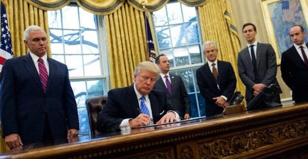 Trump'ın imza sahnesi hangi resmi hatırlatıyor?