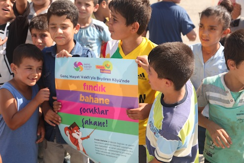Her yıl, nisan ve ekim ayları arasında, Türkiye'nin çeşitli bölgelerine giderek, farklı ürünlerin hasatları için çalışan mevsimlik işçilerin çocukları eğitim yılının 3'te 1'ine katılamıyor. 06-17 yaş arası çocuklar günde ortalama 12-15 saat arası çalışmak zorunda kalıyor.