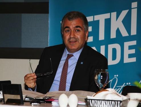 """Çorap Sanayicileri Derneği ve Türkiye Moda ve Hazır Giyim Federasyonu Başkanı Hüseyin Öztürk, İstanbul Hazır Giyim ve Konfeksiyon İhracatçıları Birliği'nin 21 Nisan'da gerçekleşecek seçimlerinde aday oldu. Mevcut yönetimin sektördeki sanayicilerin başarısından beslendiğini söyleyen Hüseyin Öztürk, """"Biz ortaya koyduğumuz somut projelerle 17,5 milyar dolar olan sektör ihracatımızı da 4 yılda 35 milyar dolara çıkartacağız. Ayrıca teşvikli bölgelerde alt sektörler ve ürün türünü belirleyerek hareket edeceğiz. 1 milyar dolarlık yatırımla 1 milyon kişiye istihdam sağlayacağız"""" dedi."""