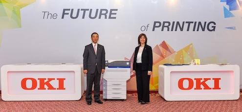 """Teknoloji şirketi OKI, baskı profesyonelleri ve dikey  sektörler için özel olarak geliştirdiği, segmentinde bir ilk olan 5 renkli baskı yapan  ödüllü yazıcıların da aralarında bulunduğu  yeni ürünlerini OKI Data Corporation (ODC) Başkanı T. Hiramoto'nun katıldığı """"The Future of Printing is Brilliant"""" temalı toplantı ile  İstanbul'da tanıttı."""