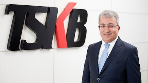 """Türkiye Sınai Kalkınma Bankası A.Ş. (TSKB) 2014 yılının ilk üç ayına ilişkin faaliyet sonuçlarını açıkladı. Buna göre, bankanın toplam kredi büyüklüğü 9,6 milyar TL'ye ulaştı. TSKB Genel Müdürü Özcan Türkakın, """"Banka olarak, yılın ilk üç ayında başarılı bir performans sergiledik. Güçlü sermaye yapımızla sürdürülebilir ve istikrarlı bir büyüme kaydetmeye devam ediyoruz"""" dedi."""